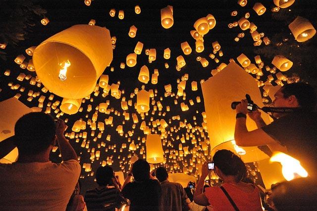 Yi Peng festivaalit Chiang Maissa Thaimaassa
