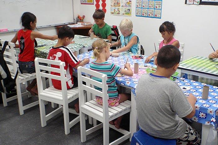Askartelua Pattayan Suomalaisessa koulussa Thaimaassa
