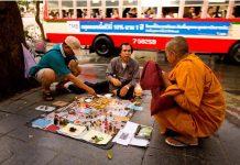 Amuletteja-Bangkokin-kadulla
