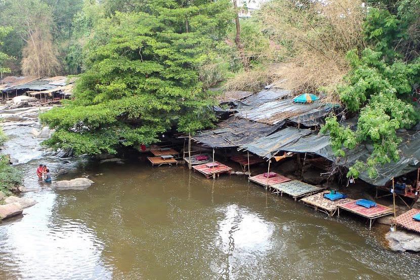 Piknik- ja tuubailualue Mae Klang -vesiputouksen luona.