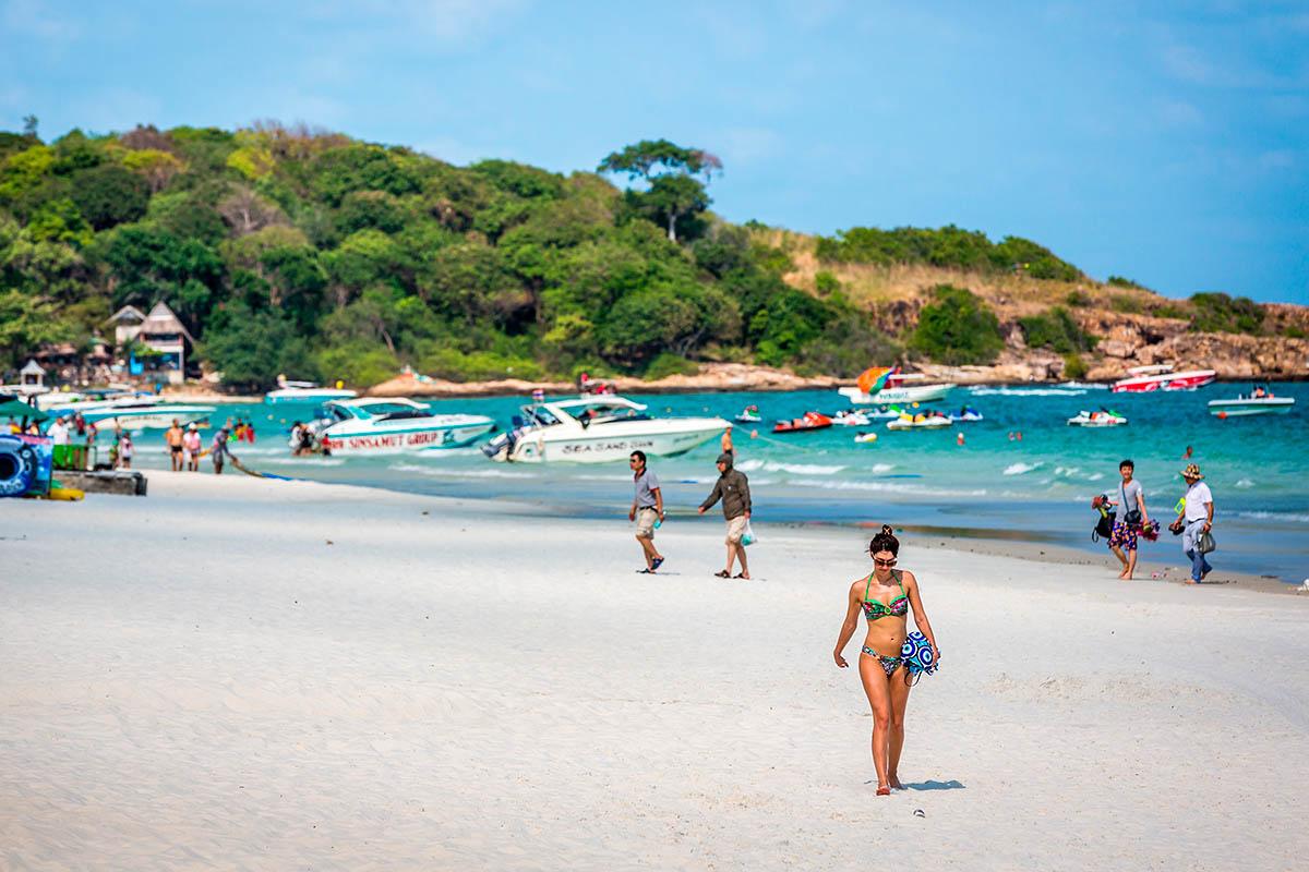thaimaa koh samet hiekkaranta bikinit