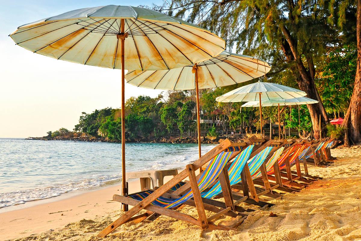 thaimaa koh samet hiekkaranta aurinkovarjo