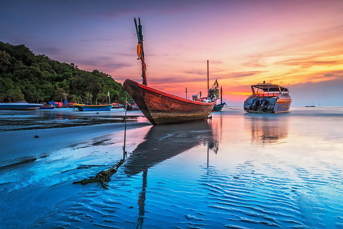 thaimaa rayong vene rannalla
