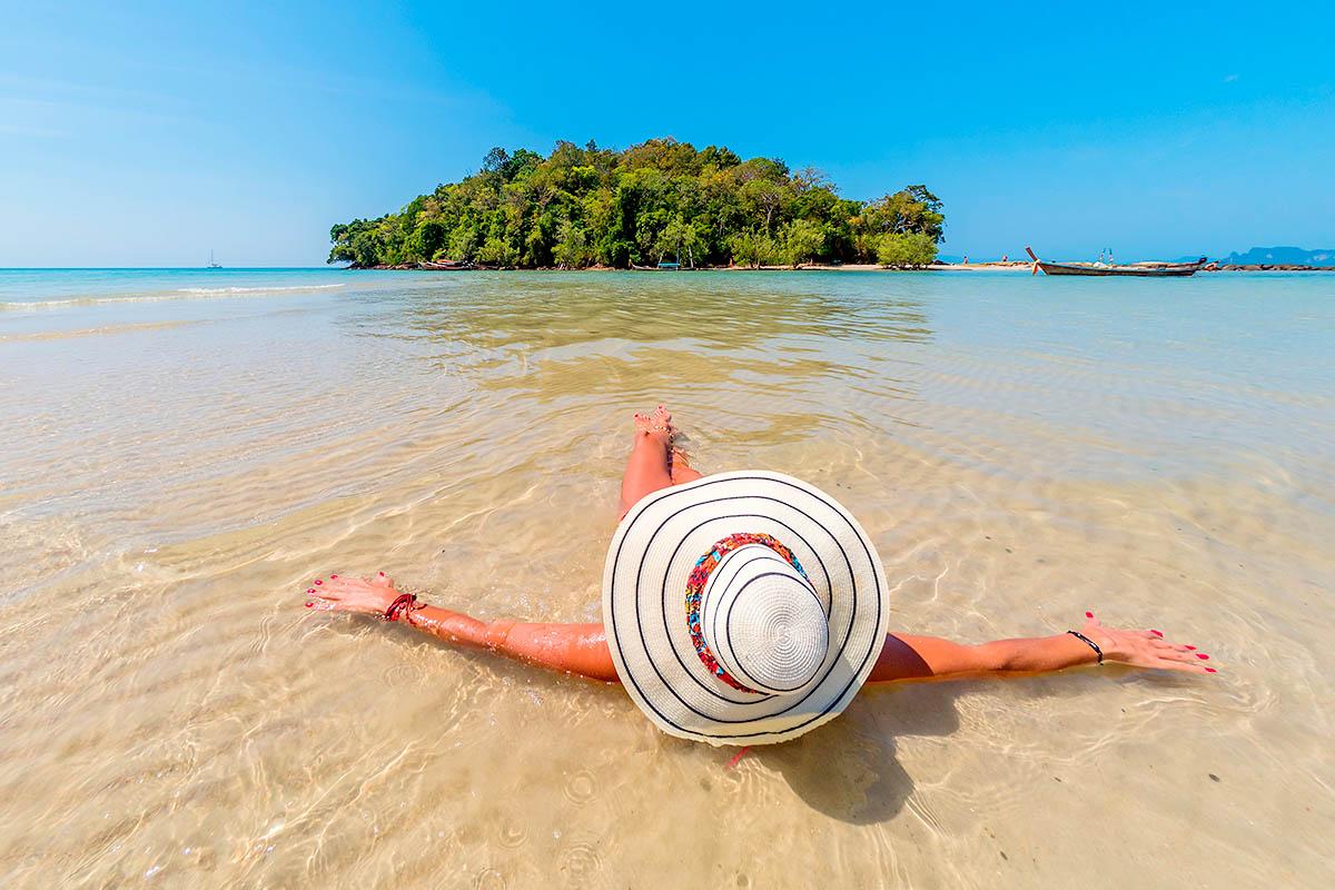 thaimaa ranta lomailija makaa vedessä