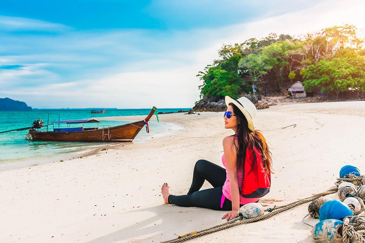 thaimaa matkailija yksin rannalla